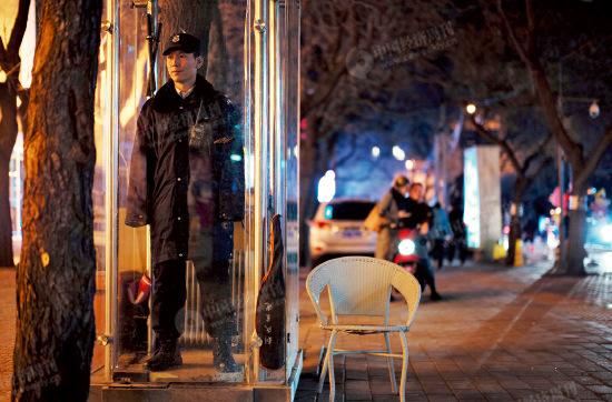 """p52-1 """"来北京的目的,就是挣钱。""""王哥,40 岁,陕西渭南人。在三里屯地区做了7 年保安。因为来北京打工,妻子和他离了婚,有个12 岁的儿子在老家跟着他父母过。""""感觉冷了,就进装了电暖器片的玻璃岗亭暖和一会。""""王哥是那里花园的保安, 每天站岗8 小时(12:00-16:00、20:00-24:00 两个时段),同时负责做保安队十几个人的两顿饭,一天一百元,无五险一金。"""