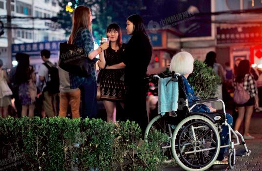 p52-2 不睡觉的除了泡吧的年轻人,还有同样坐落在三里屯酒吧街的三里屯托老中心的老年人。