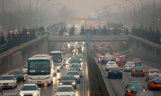 p85 12月20 日,北京遭遇了今年入冬以来最严重的雾霾,局地能见度不足50 米。 《 中国经济周刊》视觉中心 首席摄影记者 肖翊I摄