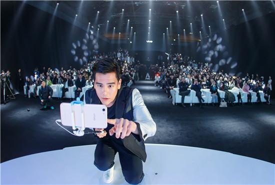 彭于晏表示,使用了X9Plus后,明显感觉自己的自拍增多了。
