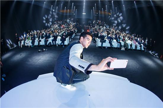 彭于晏对着镜头示范了自己独有的自拍三连拍。