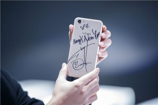彭于晏送出对大家的新年祝福并将祝福印刻在X9Plus手机上。