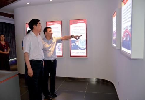 p54 河南省联社党委书记王哲(左)在该行调研金融扶贫工作