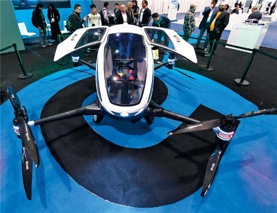 """P52 中国无人机生产厂商亿航生产的自动驾驶飞机""""亿航 184""""在展会中出尽风头,占据了飞行器展区的中心位置。"""