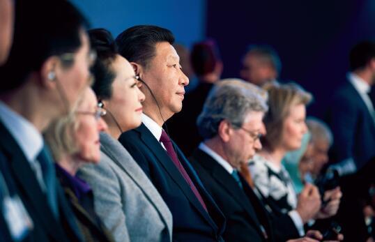 21 1 月17 日,国家主席习近平在瑞士达沃斯国际会议中心出席世界经济论坛2017 年年会开幕式,并发表题为《共担时代责任共促全球发展》的主旨演讲。达沃斯官方图库