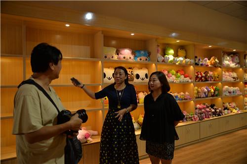 4.山沃村党支部书记张勤英(中)向客人介绍企业情况