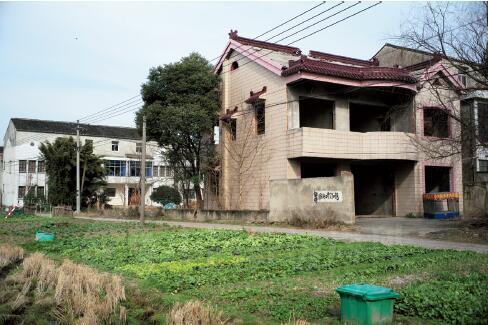p46-1外公的村子里居住着32 户人家,80% 的家门都是紧闭的,30% 是外来租户,有几家的门窗已拆除,听说已主动申请提前拆迁。