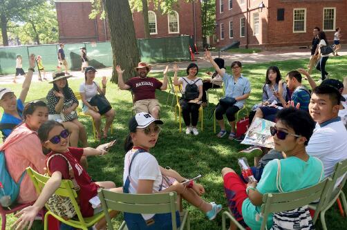 p72-游客在哈佛广场参与团建