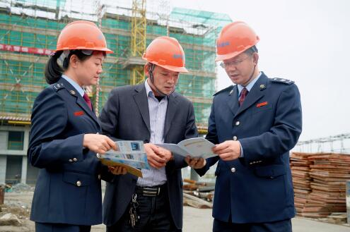 p74-江阴地税局主动对企业入户辅导、现场办公。