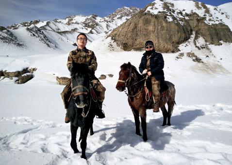 p41(1) 钟梓欧(左)和同事在边境线上巡逻