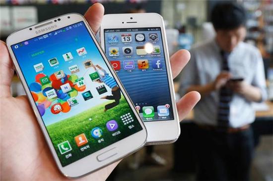 p51 苹果与三星的专利侵权官司已经打了5年之久。美国联邦法院曾判决三星侵权,并支付数亿美元的赔偿金,日前美国最高法院的裁定让案件回到了原点。