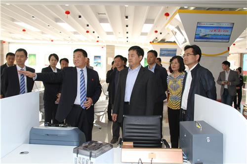 洛阳市委副书记、市长刘宛康(中)在伊川农商银行调研