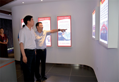 河南省联社党委书记王哲(左)在伊川农行银行调研金融扶贫工作