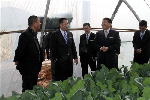 2.康凤利董事长(右二)到农业合作社调研