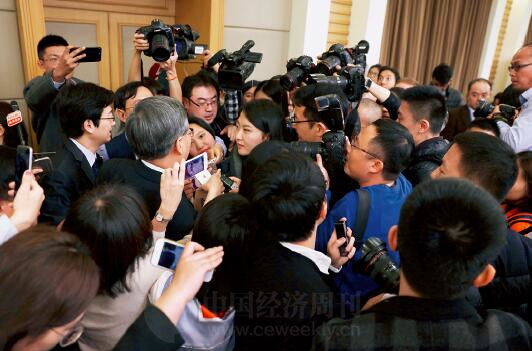 """p34-2 部长是众多记者""""围攻""""的重点对象,《中国经济周刊》记者此次抢占了有利位置。"""