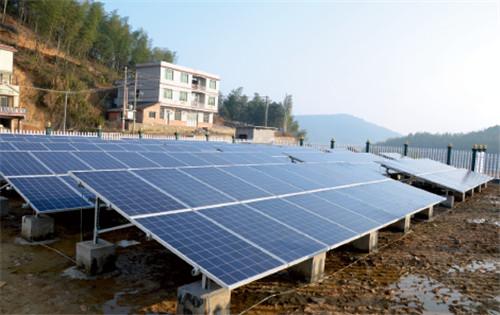 p69 国网湖南电力为花山村建设的重点产业扶贫项目——光伏发电站,现已并网发电。