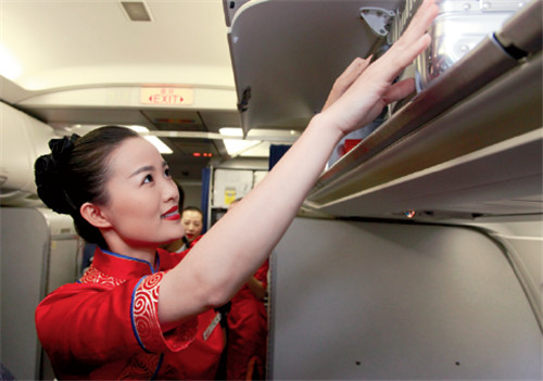 p82(2)四川航空空乘人员协助旅客安放行李 摄影I 高昂