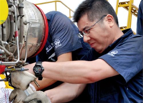 p82(3)川航机务工程师正在检修飞机 摄影I 高昂