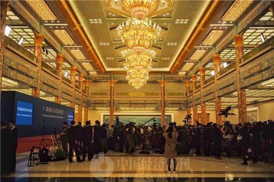 国务院总理李克强回答中外记者提问 《中国经济周刊》视觉中心 首席摄影记者 肖翊 摄