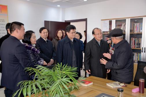 p65 山东省副省长季缃绮(右二)、菏泽市委书记孙爱军(右三)等在养老院调研