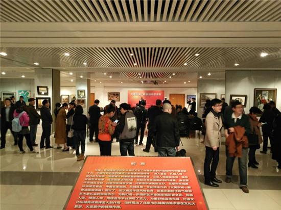 领导、嘉宾及现场画家、观众朋友们参观画展