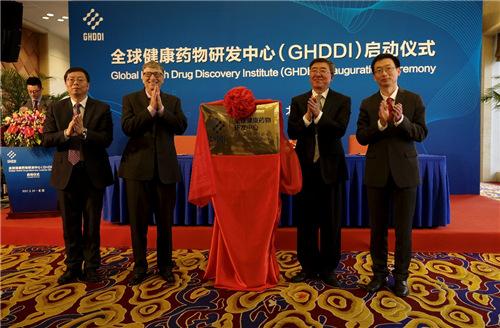 北京市副市长隋振江(右二),清华大学校长邱勇(左一),比尔•盖茨(左二)与清华大学药学院院长、全球健康药物研发中心(GHDDI)主任丁胜(右一)共同出席GHDDI启动仪式