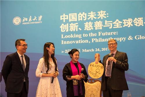 北大教师、前乒乓球世界冠军刘伟代表北大师生赠送给比尔•盖茨一个带有众多乒乓球世界冠军签名的球拍。