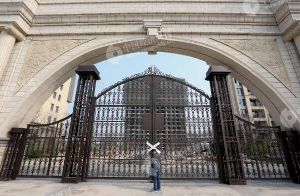 p26-14 月5 日,雄县县城一处贴了封条的楼盘。
