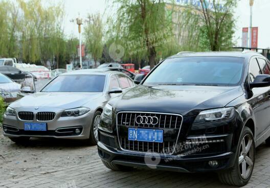 p27-1 4 月3 日,雄县街头大量涌入的外地车辆。