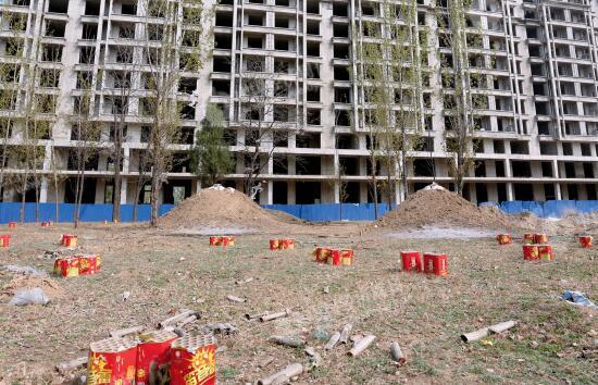 p28-1 4 月5 日,雄县城郊雄州镇一幢未完工的建筑。