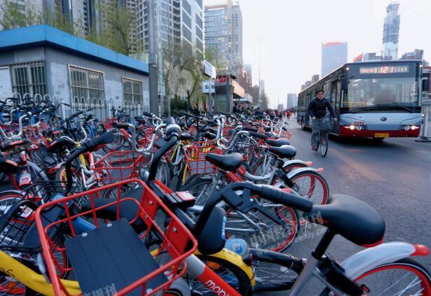 p48-3已经溢出站台、停放在公交专用道上的共享单车。