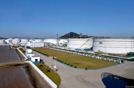 p80 舟山岙山港全年油品吞吐量近2700 万吨。岙山岛是目前全国最大的石油储备和吞吐基地。