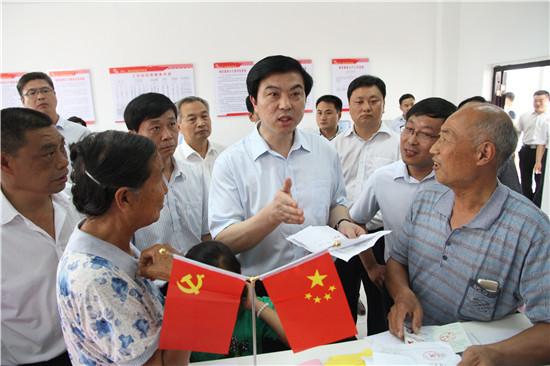 河南省委常委、统战部长陶明伦(中)到洛宁县寨礼社区调研