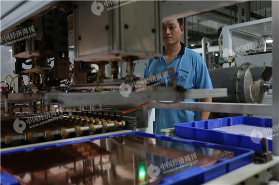 悦虎电路(苏州)有限公司 车间内,工人正在工作