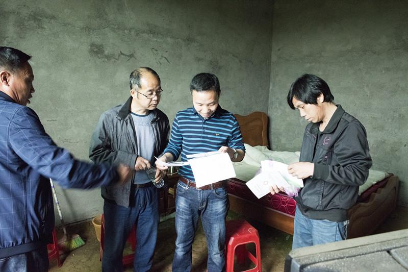图为弋阳县国税局干部职工实地走访精准扶贫点,了解村民需求_副本