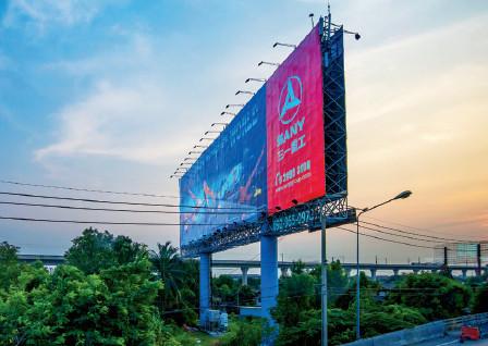 p31(2) 泰国曼谷素万那普国际机场附近的公路边的三一重工广告。视觉中国