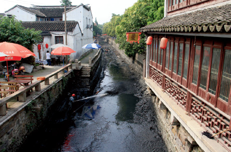 p66(1) 清淤中的苏州城区河道谢芳I摄