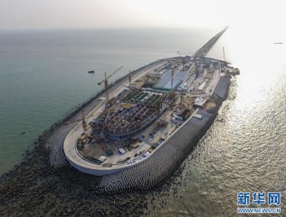 这是鸟瞰港珠澳大桥建设中的西人工岛(4月28日摄).创下多项世