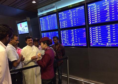 p78(1) 当地时间6 月5 日,卡塔尔多哈,被取消航班的乘客等候在机场。