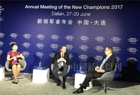 6月27日,瑞典首相勒文(中)、芬兰总理西比莱(右)在2017年大连达沃斯论坛上参加了主题为《全球挑战:北欧视角》的分论坛。中国经济周刊记者 姚冬琴 摄