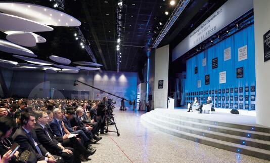 22-2 在出席论坛开幕式并发表特别致辞后,李克强总理回答了世界经济论坛主席施瓦布的提问。李克强总理表示,希望大家能够客观地看待中国经济的走势。中国经济会持续保持中高速增长。我们有13 亿人口,拥有巨大的市场潜力和社会创造力。