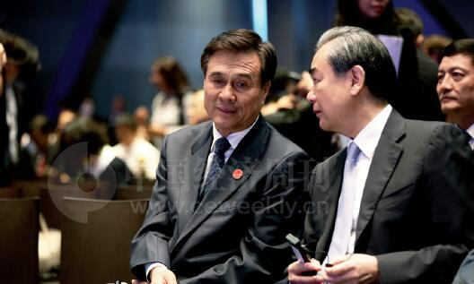 24-2 国务委员杨晶与外交部部长王毅在论坛开幕式现场交流。