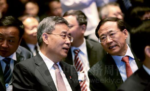 24-3 银监会主席郭树清与证监会主席刘士余在论坛开幕式现场交流。