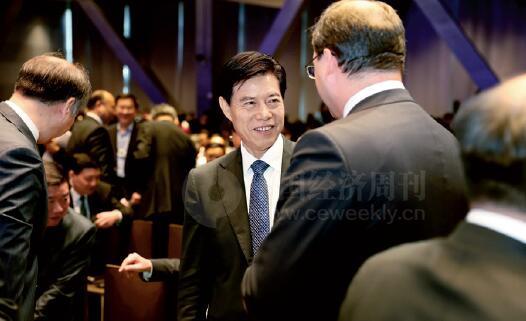 24-4 商务部部长钟山同与会代表交流。