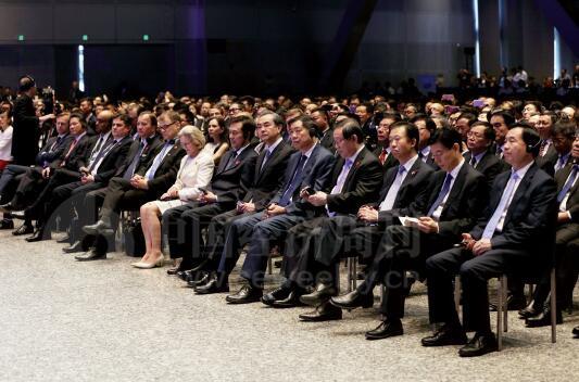 25-2 来自国内外的各界代表在论坛开幕式现场聆听了李克强总理的特别致辞。