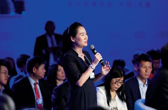 36-1 《中国经济周刊》记者在论坛现场提问。