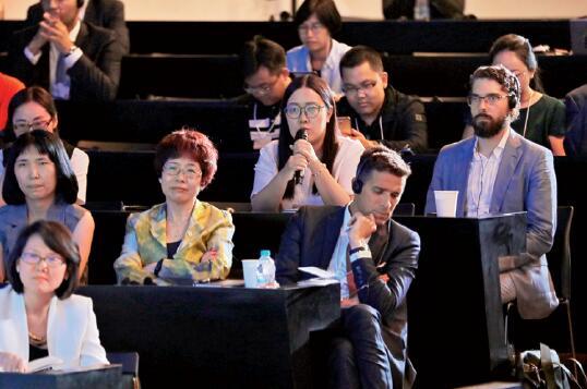 """36-4 在""""国字号的未来""""分论坛上,本刊记者向宝武集团董事长马国强提问。"""