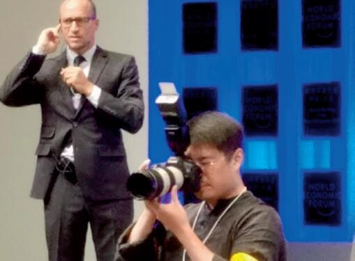 37-4 《中国经济周刊》首席摄影记者肖翊在论坛开幕式现场。