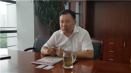 1,苏州市吴江区环保局局长蔡建忠介绍喷水织机整治情况 摄影 陈瑜