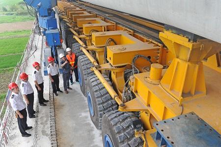 2017年7月5日,淮南市质量技术监督局走进中铁上海工程局商合杭高铁11标,对大型特种设备架桥机进行联合监管,保障重点工程安全、高效建设。 (1)